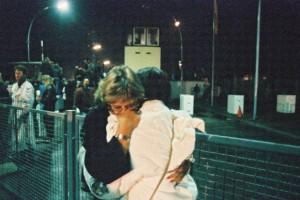 Mauerfall 1989 / Begrüssungen am Grenzübergang Invalidenstrasse